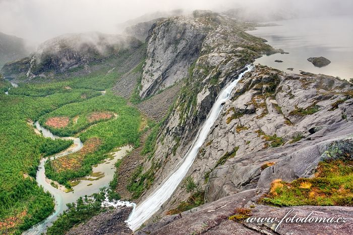 Vodopád Litlverivassforsen, jezero Litlverivatnet (Bassejávrre), údolí Storskogdalen a řeka Storskogelva, kraj Nordland, Norsko