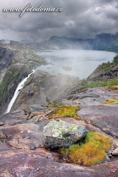 Vodopád Litlverivassforsen, jezero Litlverivatnet (Bassejávrre), kraj Nordland, Norsko