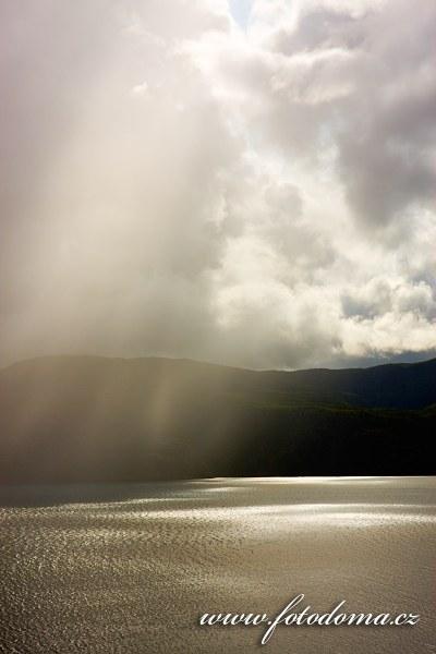 Déšť ve fjordu Saltdalsfjorden u Rognanu, kraj Nordland, Norsko
