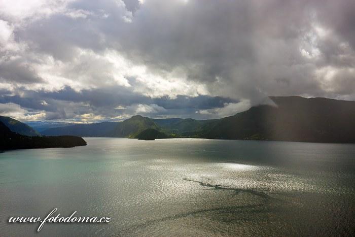 Fjord Saltdalsfjorden u Rognanu, kraj Nordland, Norsko