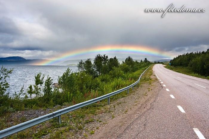Duha nad jezerem Sädvajaure a silnice, Švédsko