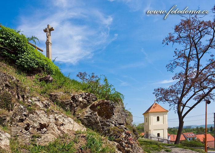 Kříž a kaplička sv. Jana Křtitele, Viničné Šumice