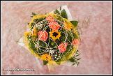 Kytice s růžemi a slunečničkami