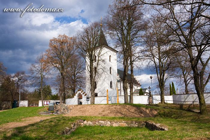 Lelekovice, kostel svatého Filipa a Jakuba a základy hradu