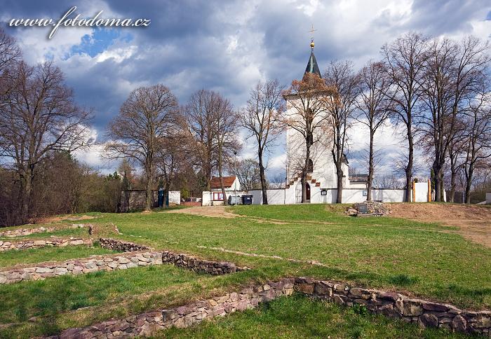 Lelekovice, ruiny hradu ze 14. století a kostel svatého Filipa a Jakuba