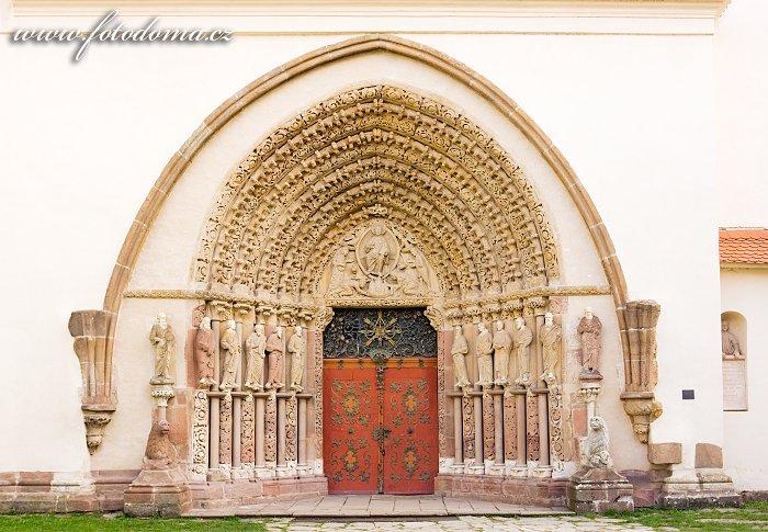 Gotický portál kostela Nanebevzetí Panny Marie cisterciáckého kláštera Porta Coeli v Předklášteří, okres Brno-venkov