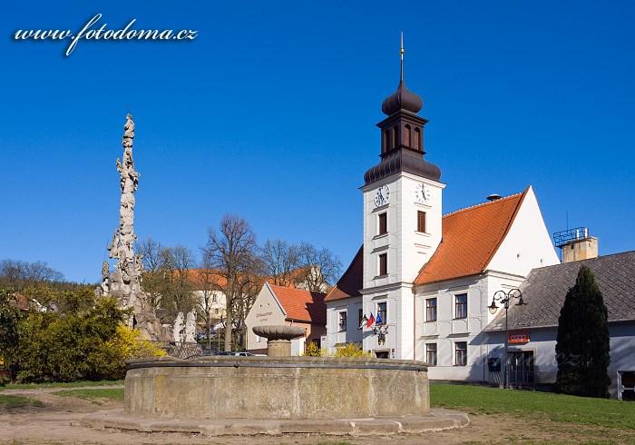 Morový sloup, kašna a radnice na náměstí, Lomnice