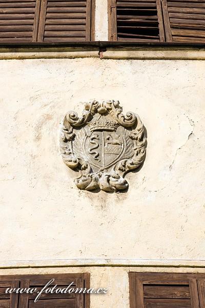 Erb nad vchodem zámku Lomnice