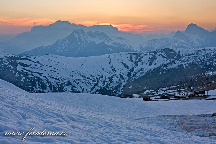 Večerní červánky, pohled k Marmoladě ze sedla Giau, Dolomity
