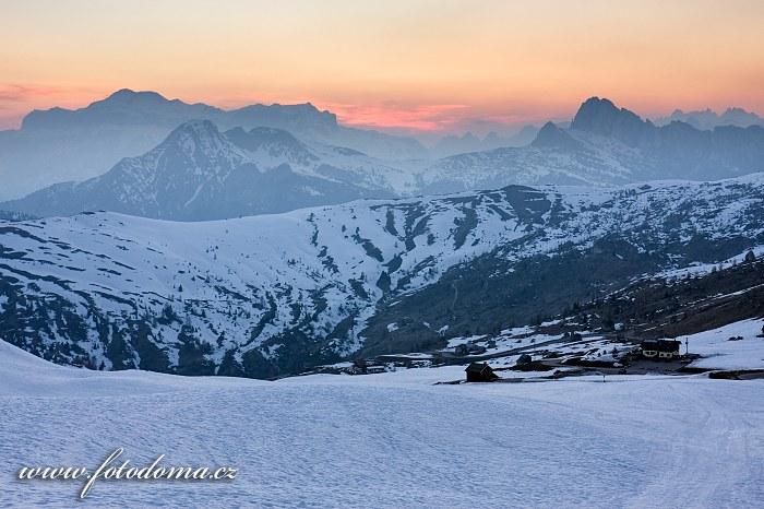 Vrchol Marmolada při západu slunce ze sedla Giau, Dolomity