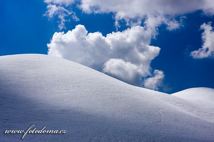 Zasněžený hřeben Creste de Zonia ze sedla Giau, Dolomity