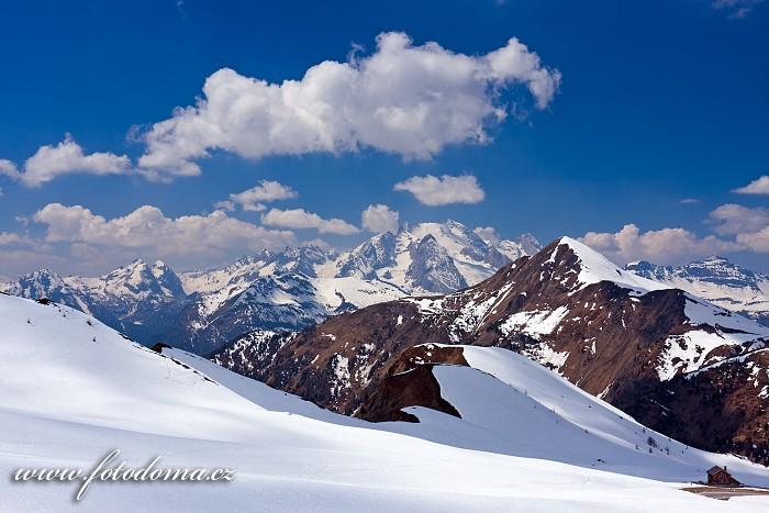 Marmolada v popředí s Monte Pore ze sedla Giau, Dolomity