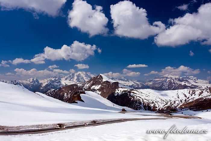 Marmolada a Piz Boe (masiv Sella), v popředí s Monte Pore, ze sedla Giau, Dolomity