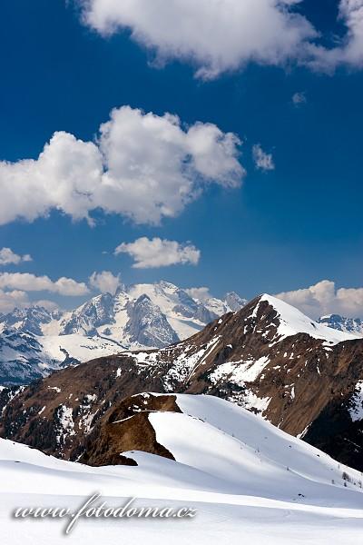 Marmolada, v popředí s Monte Pore, ze sedla Giau, Dolomity