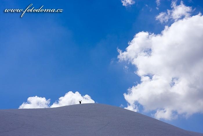 Zasněžený kopeček s lidmi nad Passo Giau, Dolomity