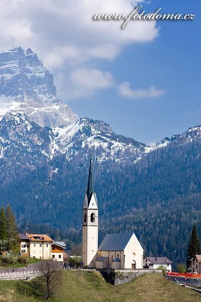 Kostel v Selva Di Cadore, Dolomity, Itálie