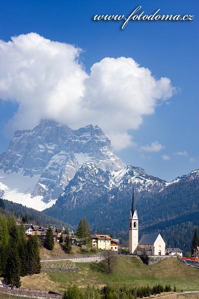 Kostel v Selva Di Cadore a Monte Pelmo, Dolomity, Itálie