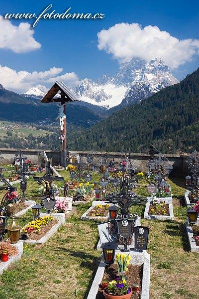 Hřbitov v Colle Santa Lucia a Monte Pelmo, Dolomity, Itálie