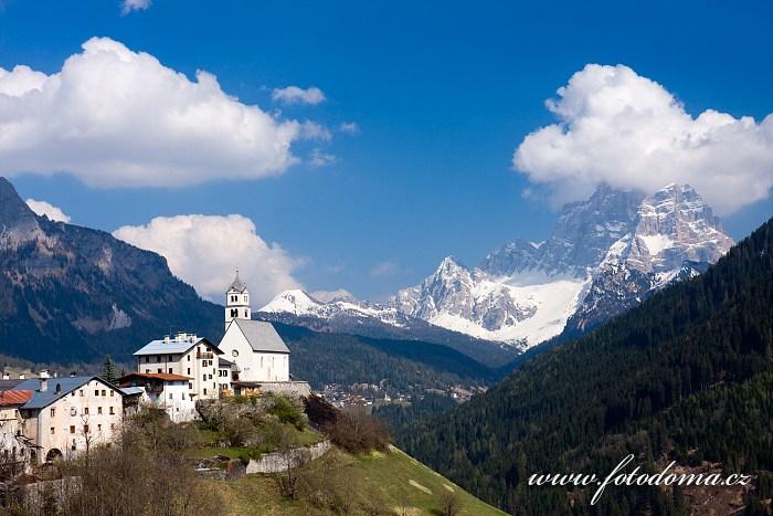 Colle Santa Lucia a Monte Pelmo, Dolomity, Itálie