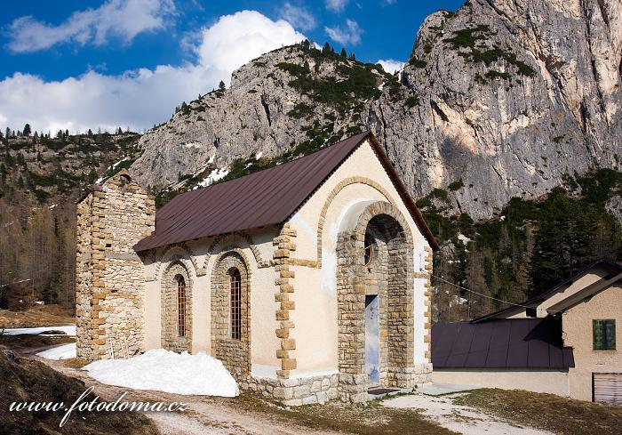 Kaple v Pian di Falzarego, Dolomity, Itálie