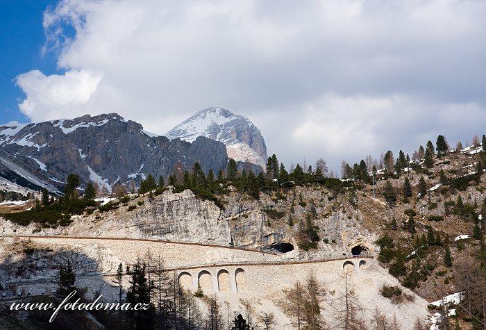 Serpentiny s tunelem pod Passo di Falzarego a štít Tofana de Rozes, Dolomity