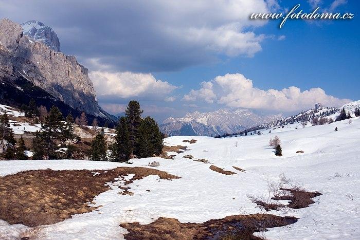 Štíty Tofana de Rozes a Sorapis, pohled z Passo di Falzarego, Dolomity