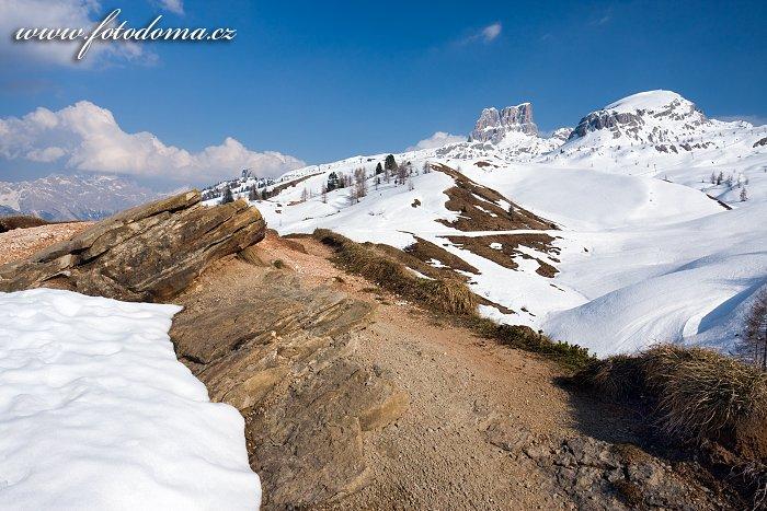 Štíty Averau a Croda Negra, pohled z Passo di Falzarego, Dolomity