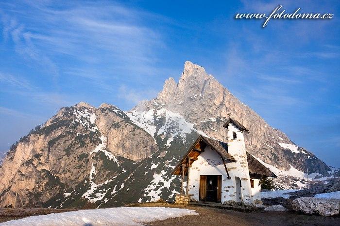 Kaple v Passo di Falzarego a štít Sas de Stria, Dolomity