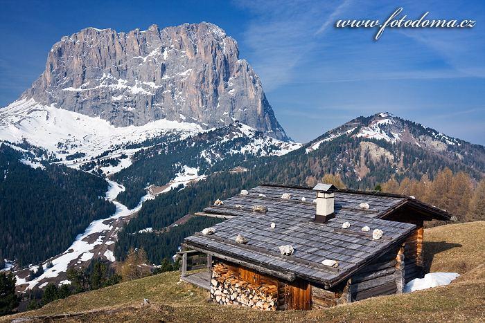 Langkofel (Sasso Lungo) a chata v Passo Gardena (Grödner Joch), Dolomity