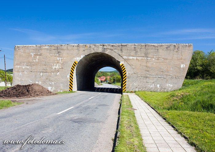 Betonový most nedokončené dálnice v Ludkovicích