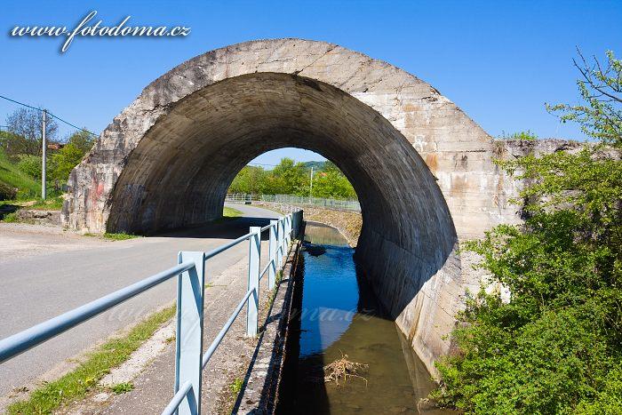 Nedokončený betonový most v Ludkovicích