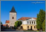 Kostel Všech svatých s třípatrovou věží a školou v Mohelně