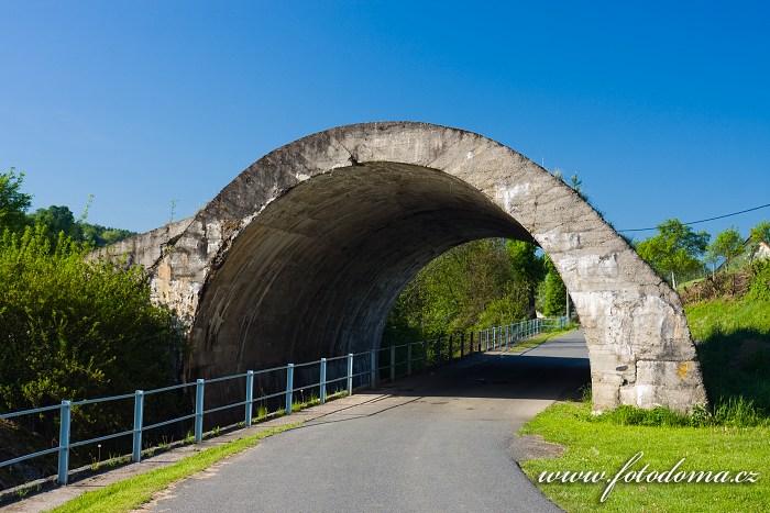 Oblouk betonového mostu nedokončené silnice v Ludkovicích