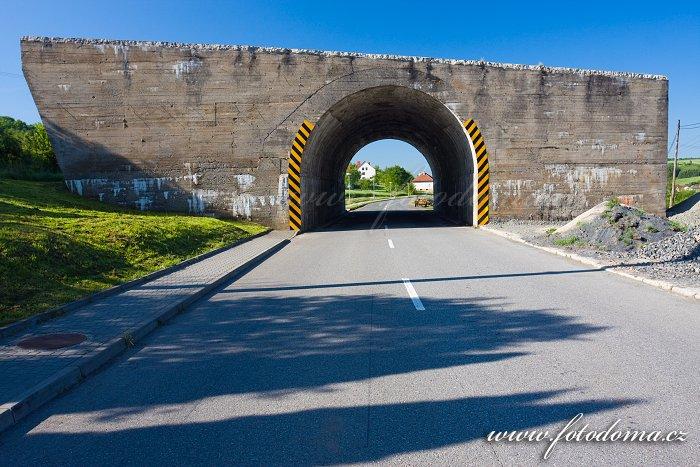 Nefunkční betonový most přes hlavní silnici v Ludkovicích