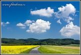 Cesta u Fryštáku, v pozadí Hostýnské vrchy
