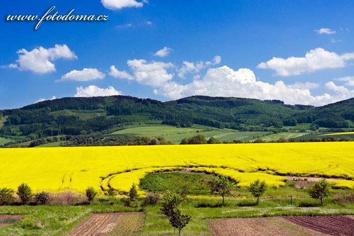 Krajina u Hlinska pod Hostýnem, v pozadí Hostýnské vrchy