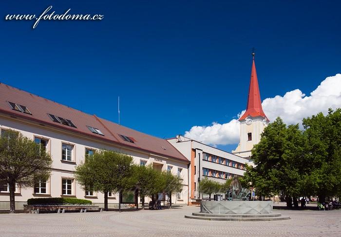 Náměstí s kašnou, radnicí a kostelem sv Jiljí, Bystřice pod Hostýnem