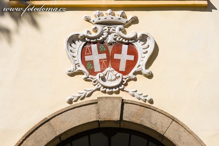 Erby nad vchodem do barokně-klasicistního zámku, Bystřice pod Hostýnem