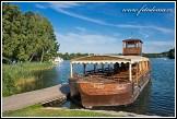 Loď na jezeře Galve u hradu Trakai, Památka UNESCO, Národní park Trakų istorinis, Litva, Pobaltí