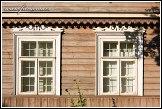 Dvojice oken istorického dřevěného domu v ulici Karaimų, Trakai, Památka UNESCO, Národní park Trakų istorinis, Litva