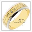 Kombinovaný snubní prsten se zrcadlově lesklými krajními pruhy z bílého zlata a matovanou střední částí ze zlata žlutého, v níž jsou ještě provedeny rytiny a do níž je po obvodu vsazeno šest kamínků