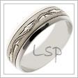 Snubní prsten bílé zlato, kombinující matované a zrcadlově lesklé části, jež je zdoben rytím po celém svém obvodu
