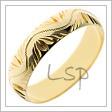 Snubní prstýnek vyrobený ze žlutého zlata s oblým průřezem a lesklým povrchem, v němž je vyryta vlnovka po obvodu a další ozdoby