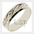 Zajímavý snubní prsten z bílého zlata s jemnými příčnými drážkami na povrchu, s měňavými fazetkami a rytinami