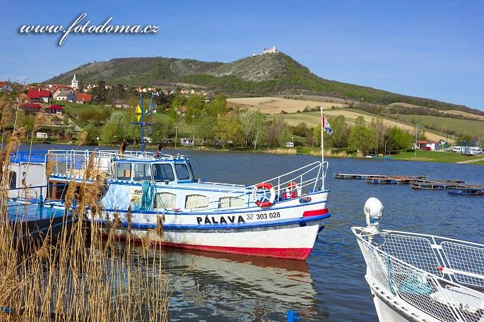 Loď Pálava a obec Pavlov, CHKO Pálava, okres Břeclav, Jihomoravský kraj