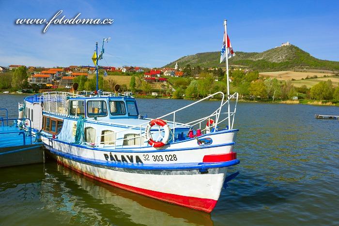 Loď Pálava a obec Pavlov, CHKO Pálava, okres Břeclav, Jihomoravský kraj, Česká republika