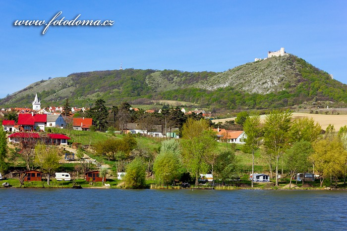 Zřícenina hradu Děvičky (Dívčí hrady) a obec Pavlov, CHKO Pálava, okres Břeclav, Jihomoravský kraj