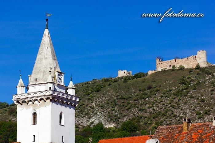 Věž kostela a zřícenina hradu Děvičky (Dívčí hrady), Pavlov, CHKO Pálava, okres Břeclav, Jihomoravský kraj, Česká republika