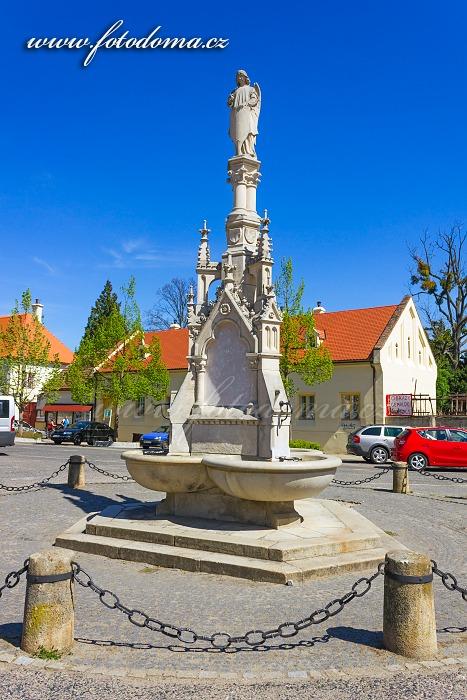 Kašna na náměstí, Lednice, okres Břeclav, Jihomoravský kraj, Česká republika