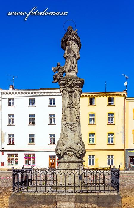 Rokoková socha svatého Jana Nepomuckého z roku 1770 na Mírovém náměstí, Vidnava, okres Jeseník, Olomoucký kraj, Česká republika
